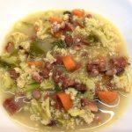 Zuppa broccoli e carote con prosciutto crudo
